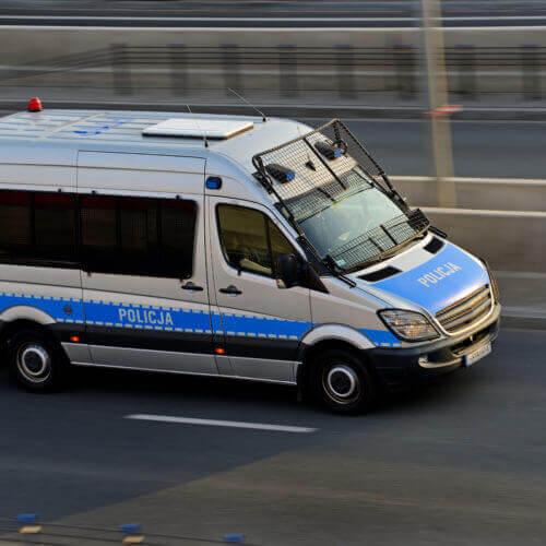 Transport osoby aresztowanej do innej jednostki penitencjarnej.